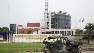 Des militaires déployés devant le siège de la radio-télévision gabonaise à Libreville, le 7 janvier 2019.