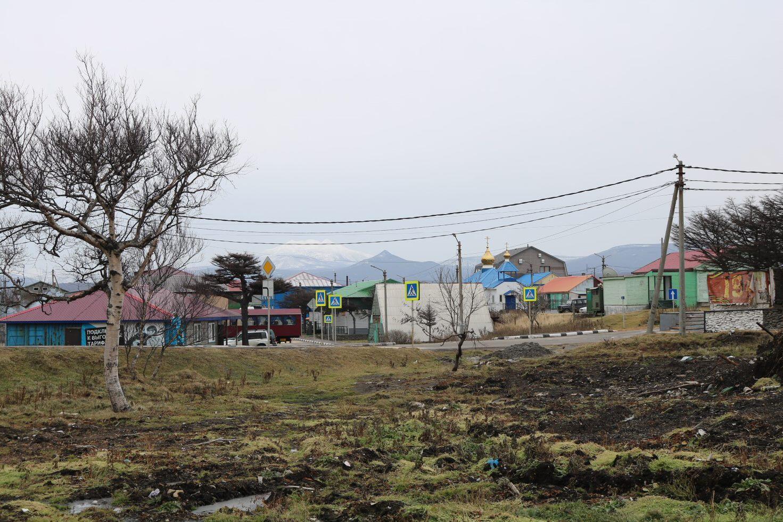 Vue de Kourilsk, principal point de peuplement sur l'île d'Itouroup.