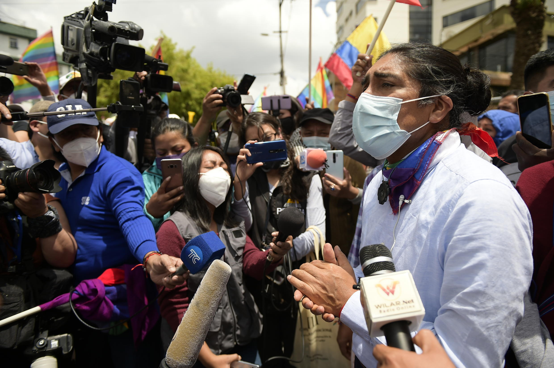 El candidato presidencial Yaku Pérez habla el 9 de febrero de 2021 a periodistas en un plantón en demanda de pelear la segunda ronda de las elecciones de Ecuador