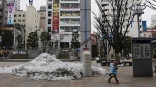 Thành phố Koriyama, phía tây nhà máy điện Fukushima, với cột đo lường phóng xạ. (Ảnh 01/03/2014)