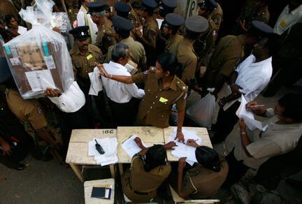 L'armée regroupe les urnes pour le dépouillement. des votes de l'élection présidentielle du 26 janvier.
