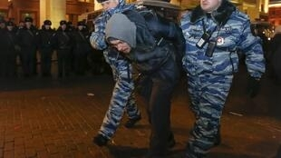 Interpellation d'un participant à la manifestation de soutien à Alexeï Navalny. Moscou, le 30 décembre 2014.