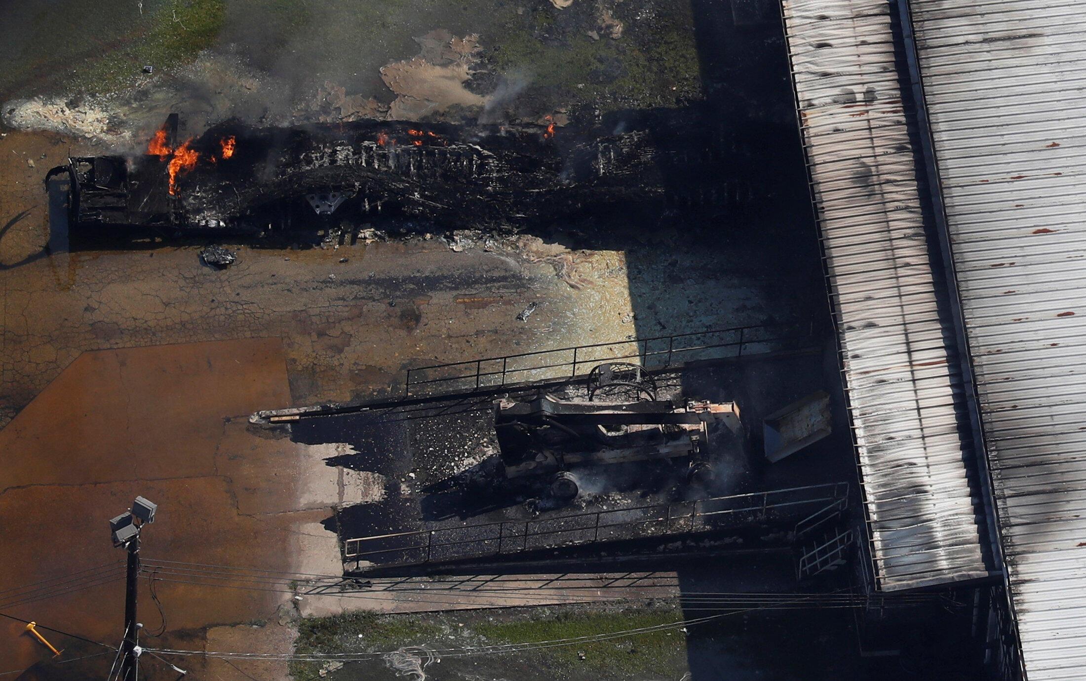 Un feu sévit dans l'usine inondée du groupe français Arkema à Crosby, au Texas, le 31 août 2017.
