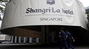 新加坡警察在香格里拉对话地点前 2016年6月3日