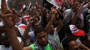 De nombreux partisans du candidat des Frères musulmans, Mohamed Morsi, ont manifesté contre l'armée sur la place Tahrir du Caire, vendredi 22 juin 2012.