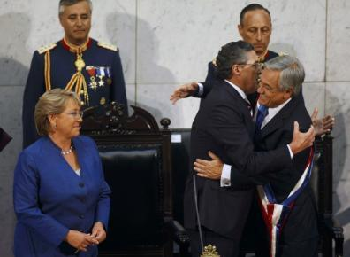 O novo presidente do Chile, Sebastian Piñera, é cumprimentado pelo presidente do Senado, após receber a faixa presidencial de Michele Bachelet.