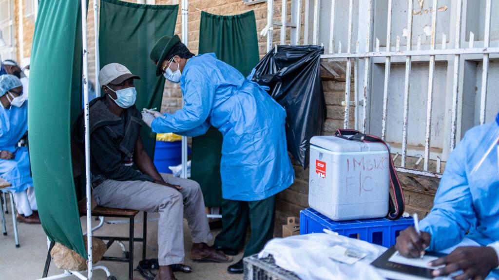 Covid-19: une vaccination à marche forcée au Zimbabwe