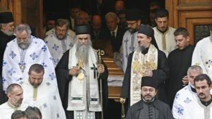 Le clergé serbe orthodoxe et le président serbe Boris Tadic lors des funérailles du patriarche serbe, le 15 novembre 2009.