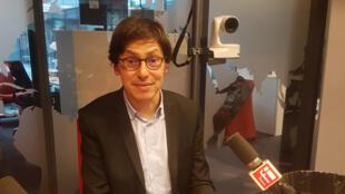 Frédéric Dabi dans les studios de RFI.