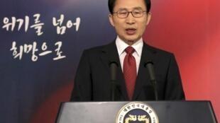 O presidente da Coreia do Sul, Lee Myung-bak , endereça mensagem de Ano Novo aos sul-coreanos.