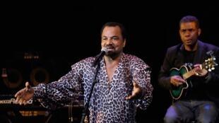 O cantor angolano Bonga.