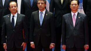 Tổng thống Pháp François Hollande (T), tổng thống Bulgari Rosen Asenov Plevneliev (G) và thủ tướng Việt Nam Nguyễn Tấn Dũng, tại Thượng đỉnh Á- Âu ASEM, Vientiane, Lào, 05/11/2012