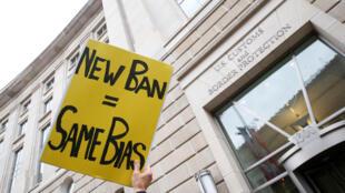 Opositores al nuevo decreto ante la Oficina Nacional de Aduanas en Washington, este 7 de marzo de 2017.