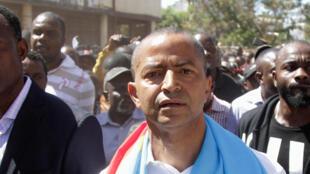 L'opposant Moïse Katumbi escorté par ses partisans, alors qu'il se rendait au palais de justice, à Lubumbashi, le 11 mai 2016.