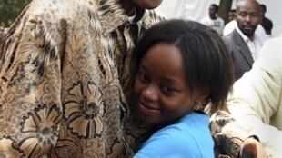 L'ancien président sud-africain Nelson Mandela avec son arrière-petite-fille Zenani Mandela en 2008.