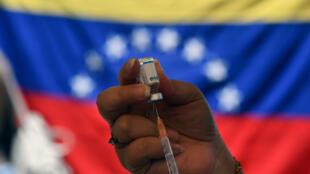 Un trabajador de la salud prepara una dosis de la vacuna Sputnik V en la barriada 23 de Enero de Caracas, el 7 de junio