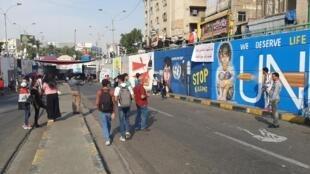 A côté de fresques murales qui interpellent les Nations Unies, Hala et son groupe d'amis commencent une nouvelle peinture.