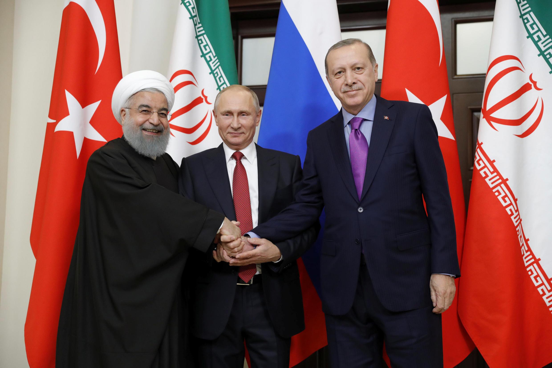 Rais wa Iran Hassan Rohani (kushoto), Rais wa Urusi Vladimir Putin (katikati) na Rais wa Uturuki Recep Tayyip Erdogan mjini Sochi Novemba 2, 2017.