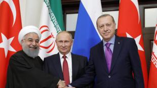 Le président iranien Hassan Rohani (g), le président russe Vladimir Poutine (c) et le président turc Recep Tayyip Erdogan, à Sotchi, le 2 novembre 2017. Les trois dirigeants ont décidé d'organiser un «congrès» sur la Syrie à Sotchi.