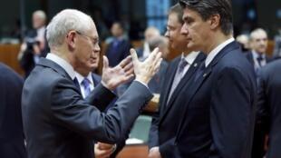 O presidente do Conselho Europeu Herman Van Rompuy (esq.) conversa com o primeiro ministro croata Zoran Milanovic em cúpula da UE