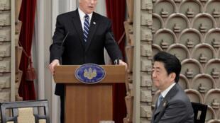 Le vice-président des Etats-Unis, Mike Pence, ce mercredi 7 février 2018 à Tokyo avec le Premier ministre du Japon, Shinzo Abe.