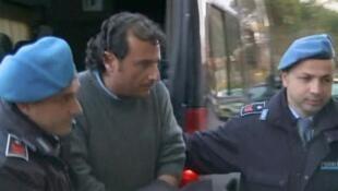 Imagem de vídeo captou o momento em que o comandante Francesco Schettino (centro) foi detido em sua casa, no dia 17 de janeiro.