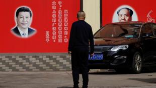 上海一條街道上的習近平與毛澤東畫像 2018年2月26日