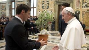 El goleador argentino Leonel Messi entregándole un regalo al papa argentino Francisco, el Vaticano 13 de agosto de 2013.