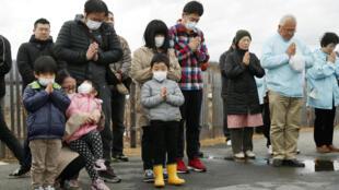 Japoneses rezan por las víctimas de la catástrofe en Iwaki, prefectura de Fukushima prefecture, Japón, el 11 de marzo de 2019.