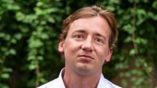 Portrait de l'écrivain Adrien Absolu. Il publie «Les disparus du Joola» aux éditions JC Lattès