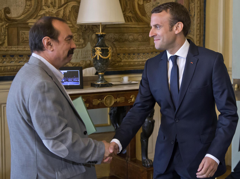 Emmanuel Macron recebendo o responsável do sindicato CGT Philippe Martinez hoje no Palácio do Eliseu.