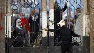 Estudante da Universidade Al-Azhar atira pedra contra policiais