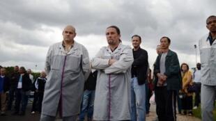 Les travailleurs de PSA devant leur usine à Aulnay-sous-Bois, le 12 juillet 2012.