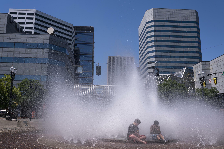 Niños refrescándose en una fuente en Portland, Oregon, donde también se han dado temperaturas extremas de calor. Junio 27, 2021.