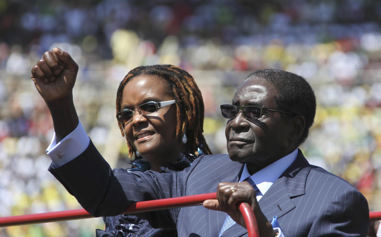 Le président du Zimbabwe, Robert Mugabe, le 22 août 2013 lors de la cérémonie d'investiture à Harare, aux côtés de son épouse Grace.