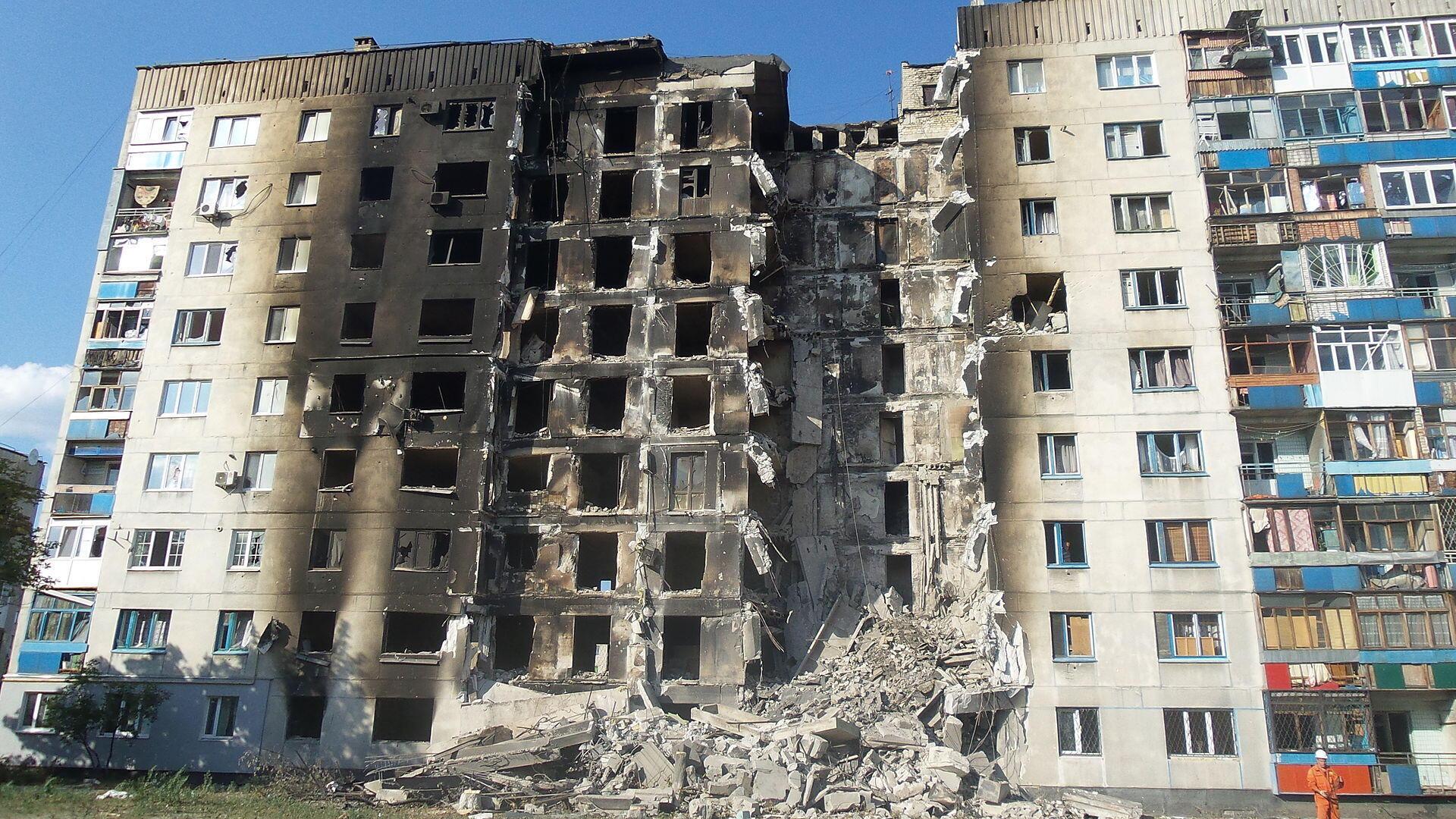 Một khu nhà bị phá hủy trong chiến tranh ở Lysychansk, vùng Donbass.