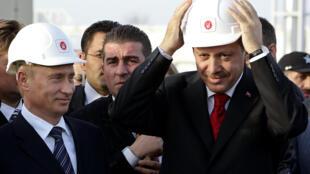Le président russe Vladimir Poutine (g.) et le Premier ministre turc (désormais président) Recep Tayyip Erdogan lors de l'inauguration du gazoduc Blue Stream, en 2005.