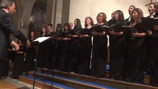 La chorale Naregatsi, sous la direction de George Baly, en l'église Saint François de Sales à Paris.