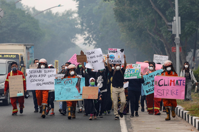 В Паланкарае марш за климат проходит, несмотря на сильнейший смог. Индонезия, 20 сентября 2019