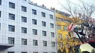 山西朔州今天有12人登上發改委樓頂威脅集體跳樓