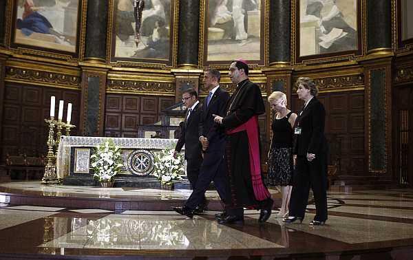 El presidente estadounidense Barack Obama camina junto a su par salvadoreño Mauricio Funes y el  arzobispo José Luis Escobar en la catedral de San Salvador, el 22 de marzo de 2011.