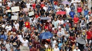 Les gens assistent à une marche de protestation combinée à des concerts alors qu'une grève nationale se poursuit à Medellin, en Colombie, le 22 décembre 2019.