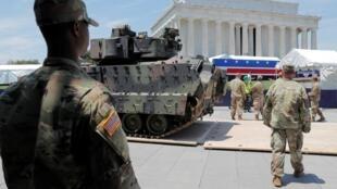 Xe thiết giáp Bradley ở điểm tập trung cho lễ diễu binh tại Lincoln Memorial. Ảnh chụp ngày 03/07/2019.