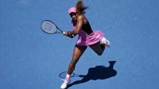 Serena Williams durante partida contra Daniela Hantuchova nesta sexta-feira (17), em Melbourne.