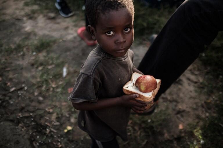 Menino que recebeu ajuda num centro de acolhimento em Dondo, a 35 quilómetros da Beira. 27 de Março de 2019.