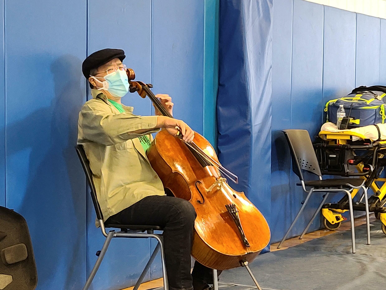 Cette photo obtenue le 14 mars 2021 par le Berkshire Community College montre Yo-Yo Ma jouant du violoncelle le 13 mars 2021 pendant sa période d'observation de 15 minutes après avoir été vacciné.  Jonah SYKES / Berkshire Community College / AFP
