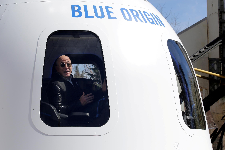 Jeff Bezos, fondateur d'Amazon et de Blue Origin, s'adressant aux médias au sujet du propulseur de fusée New Shepard et de la maquette Crew Capsule lors du 33e Symposium spatial à Colorado Springs, Colorado, États-Unis, le 5 avril 2017.