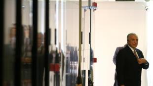 O presidente Michel Temer ao chegar ao Palácio do Planalto na terça-feira (27), para o pronunciamento.