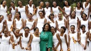 Oprah Winfrey au milieu de ses pupilles, le 14 janvier 2012. Le campus est doté d'équipements dignes des écoles privées, où seules les familles sud-africaines les plus aisées peuvent envoyer leurs enfants.