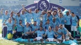 Les joueurs de Manchester City avec le trophée de champion d'Angleterre, le 12 mai 2019.